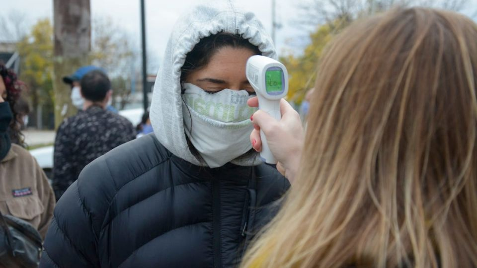Toma de la temperatura a casos sospechosos durante un control en Quilmes