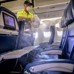 La sanitizción de los aviones se tendrá que hacer antes de que suban eos pasajeros, y cada vez.
