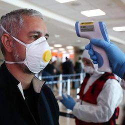 Se evalúa tomar la temperatura de los pasajeros antes de subir al avión.