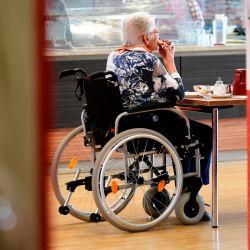 Un residente se sienta en una mesa en la cafetería de la casa de retiro 'CBT-Wohnhaus Zur Heiligen Familie' en Düsseldorf, Alemania occidental, el 13 de mayo de 2020, en medio de la actual pandemia de coronavirus Covid-19. - El Ministro de Salud de Renania del Norte-Westfalia, Karl-Josef Laumann, visitó un hogar de ancianos de Caritas en Düsseldorf. En el sitio, le gustaría tener una idea de cómo el personal de enfermería y la administración del hogar hicieron posibles las primeras visitas después de las prohibiciones de visitas relacionadas con la corona para las personas mayores. (Foto por Ina FASSBENDER / AFP)   Foto:AFP