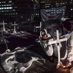 Un profesional de la salud enciende una vela durante una protesta simbólica y un homenaje a los trabajadores de la salud que murieron por el nuevo coronavirus COVID-19, en Sao Paulo, Brasil, el 12 de mayo de 2020. - Brasil registró 881 muertes por coronavirus en las últimas 24 horas. , su peor marca diaria desde el inicio de la pandemia que ya dejó 12,400 muertes en este país, el más afectado en la región, informó el martes el Ministerio de Salud. (Foto por NELSON ALMEIDA / AFP) | Foto:AFP