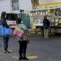 """2020-05-12 - 14:15:00 hs.  Buenos Aires: Reabrieron comercios portenos y ferias como parte de la nueva etapa de cuarentena por coronavirus  Comercios minoristas de cercania, locales gastronómicos con la modalidad """"para llevar"""" y algunas ferias de abastecimiento barrial comenzaron a funcionar hoy en la ciudad de Buenos Aires con un esquema para respetar la distancia entre personas y protocolos de higiene, como parte de la nueva etapa de la cuarentena por el coronavirus.   Foto:telam"""
