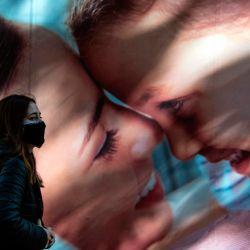 Un transeúnte usa una máscara facial como medida preventiva contra la propagación del coronavirus COVID-19, en Santiago, el 13 de mayo de 2020. - El gobierno de Chile ordenó el miércoles una cuarentena total obligatoria para la capital, Santiago, después de un aumento del 60 por ciento. en infecciones por coronavirus en las 24 horas previas. (Foto por Martin BERNETTI / AFP) | Foto:AFP