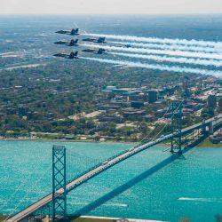Esta imagen muestra al Escuadrón de Demostración de Vuelo de la Marina de los EE. UU., Los Ángeles Azules que rinden homenaje a los socorristas de primera línea COVID-19 y trabajadores esenciales con vuelos de formación sobre Detroit el 12 de mayo de 2020. -  | Foto:AFP
