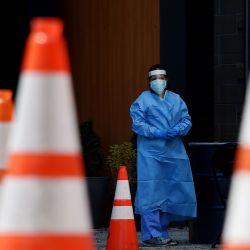 Los trabajadores de la salud esperan que los pacientes sean examinados en un sitio de prueba Covid-19 sin cita previa el 12 de mayo de 2020, en Arlington, Virginia. - El epidemiólogo gubernamental Anthony Fauci declaró, en testimonio a los legisladores estadounidenses, que incluso una salida cautelosa del cierre económico sin precedentes del mundo podría desencadenar una segunda ola de coronavirus. Fauci admitió que el verdadero número de muertos por la epidemia en los EE. UU. Es probablemente más alto que el número oficial de 80,000, el más alto del mundo. (Foto por Olivier DOULIERY / AFP) | Foto:AFP