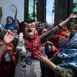 Familiares y vecinos lloran la muerte de Mehrajudin Shah, quien según los medios locales fue baleado por soldados paramilitares indios después de no detenerse en un puesto de control, en su residencia en Makhama Beerwah del distrito Budgam de Cachemira el 13 de mayo de 2020. (Foto de Tauseef MUSTAFA / AFP)   Foto:AFP