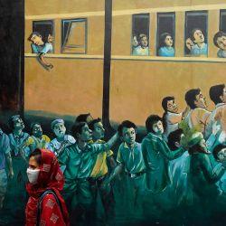 Un pasajero pasa junto a un graffiti en la pared con el padre de la nación Mahatma Gandhi cuando ingresa a la estación de tren de Howrah para tomar el tren con destino a Nueva Delhi, después de que el gobierno alivió un bloqueo nacional impuesto como medida preventiva contra el coronavirus COVID-19, en Kolkata el 12 de mayo de 2020. - La enorme red ferroviaria de la India volvió a la vida tentativamente el 12 de mayo a medida que el levantamiento gradual del bloqueo de coronavirus más grande del mundo se aceleró incluso cuando surgieron nuevos casos. (Foto por Dibyangshu SARKAR / AFP) | Foto:AFP