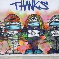 Un peatón que usa PPE (equipo de protección personal), que incluye una máscara facial como medida de precaución contra COVID-19, pasa frente al graffiti de arte callejero alabando a los trabajadores del Servicio Nacional de Salud (NHS) y otros trabajadores clave de Gran Bretaña, por los artistas Nathan Bowen y Harry. Blackmore, en Londres el 23 de abril de 2020. el 13 de mayo de 2020, a medida que las personas comienzan a regresar al trabajo después de que se redujeron las restricciones de bloqueo de COVID-19. - La economía británica se contrajo un dos por ciento en los primeros tres meses del año, sacudida por las consecuencias de la pandemia de coronavirus, según mostraron datos oficiales el miércoles, y los analistas predicen que lo peor aún está por venir. El primer ministro Boris Johnson comenzó esta semana a relajar algunas de las medidas de cierre para ayudar a la economía, a pesar de la creciente cifra de muertos, pero también ha enfatizado que se necesita mucha precaución. (Foto por ISABEL INFANTES / AFP)   Foto:AFP