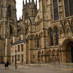 Los peatones caminan por la calle casi desierta junto a York Minster en York, norte de Inglaterra, el 12 de mayo de 2020. - Después de un anuncio de la Cámara de Obispos la semana pasada, el clero ahora puede volver a entrar a las iglesias y catedrales para rezar, lo que había sido impedido bajo las medidas de bloqueo de Covid-19. York Minster ha lanzado una nueva iniciativa para que los fieles envíen por correo electrónico una solicitud para que su ser querido sea recordado en una oración que será pronunciada por el clero en la Vela Pascual. La vela pascual normalmente se habría quemado continuamente durante la temporada de Pascua hasta la fiesta de Pentecostés, 50 días después. (Foto por Oli SCARFF / AFP) | Foto:AFP