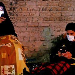 Los iraníes con máscaras faciales contra el coronavirus Covid-19 asisten a las oraciones de Laylat al-Qadr, una de las noches más santas durante el mes de ayuno musulmán del Ramadán, frente a una mezquita en Teherán, el 13 de mayo de 2020. (Foto de ATTA KENARE / AFP )   Foto:AFP
