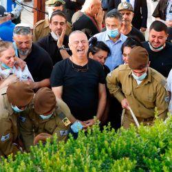 Familiares y amigos lloran durante el funeral de Amit Ben Ygal, un soldado del ejército israelí de 21 años que fue asesinado en la aldea de Yaabed, cerca de la ciudad cisjordana de Jenin el 12 de mayo de 2020 en el cementerio militar Beer Yaakov cerca de Tel Aviv - El ejército israelí sufrió hoy su primera muerte este año cuando un lanzador de piedras palestino mató al soldado en la Cisjordania ocupada, un día antes de las conversaciones entre Estados Unidos e Israel sobre la anexión. El ejército dijo que el soldado de 21 años fue golpeado en la cabeza  | Foto:AFP