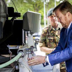 El rey Guillermo de Holanda se lava las manos en el Cuartel de Bernhard (Bernhardkazerne), en Amersfoort, el 13 de mayo de 2020, durante su visita al Centro de Operaciones Territoriales (TOC), una división militar que brinda ayuda a proyectos civiles durante el COVID- 19 brote, (el nuevo coronavirus). (Foto de Patrick van KATWIJK / ANP / AFP) / Países Bajos FUERA | Foto:AFP