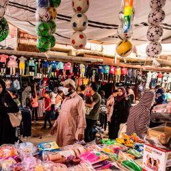 Los compradores caminan por el mercado principal de la ciudad de mayoría kurda de Qamishli, en la provincia de Hasakeh, en el noreste de Siria, el 12 de mayo de 2020, mientras la administración de la región kurda semiautónoma levanta las restricciones de bloqueo de COVID-19. (Foto por DELIL SOULEIMAN / AFP) | Foto:AFP