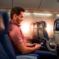 Del mismo modo dejaron de estar disponibles una cantidad de asientos intermedios y de ventanilla o pasillo para favorecer el distanciamiento social dentro de las aeronaves.