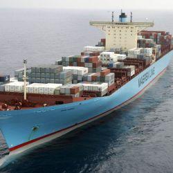 Esta bestia de 2.300 toneladas se emplea para mover enormes buques mercantes, entre ellos el Emma Maersk, uno de los más grandes del mundo.