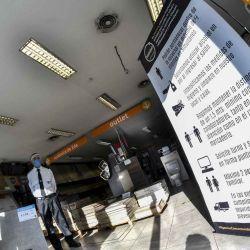 2020-05-13 - 19:34:00 hs.  Buenos Aires: Abrió el 75% de los comercios en segundo dia de habilitación para actividades no esenciales  El 75% de los comercios habilitados por el gobierno porteno para reiniciar sus actividades abrieron hoy sus puertas y vendieron un 30% más de lo que lo hacian antes de la cuarentena, en el segundo día de apertura para actividades no esenciales dentro de las restricciones impuestas por el coronavirus, de acuerdo a un informe oficial. | Foto:telam
