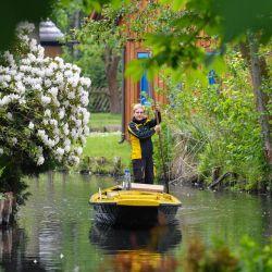 Alemania. A partir de hoy, el correo está siendo entregado por una barcaza en el pueblo de Spreewald Lehde a través de las vías fluviales. Foto: Patrick Pleul / dpa-Zentralbild / dpa | Foto:DPA