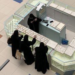 Las mujeres eligen joyas en un puesto en el centro comercial Hayat, casi desierto, en la capital de Arabia Saudita, Riad, después de que las medidas de bloqueo debido al nuevo coronavirus fueron parcialmente suavizadas por las autoridades, el 14 de mayo de 2020. (Foto de Fayez Nureldine / AFP)   Foto:AFP