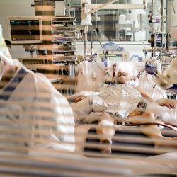 14 de mayo de 2020, Bélgica, Yvoir: Los médicos tratan a un paciente de Coronavirus (Covid-19) en el hospital universitario CHU UCL Namur. Foto: Bruno Fahy / BELGA / dpa | Foto:DPA