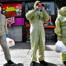13/05/2020 13 de mayo de 2020, Bolivia, La Paz: Las personas que usan trajes protectores se paran en una calle desierta después de comprar comida en medio del cierre y la Ley Marcial debido a la propagación de la pandemia de coronavirus. Foto: Christian Lombardi / ZUMA Wire / dpa | Foto:AFP