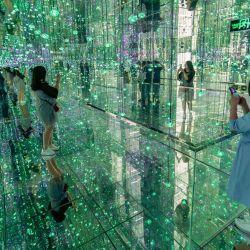 14 de mayo de 2020, China, Shanghái: los visitantes caminan por la galería de arte estelar de Shanghái que utiliza una gran cantidad de dispositivos espejo para crear impresionantes escenas visuales y efectos espaciales. Foto: Wanggang / SIPA Asia a través de ZUMA Wire / dpa | Foto:DPA