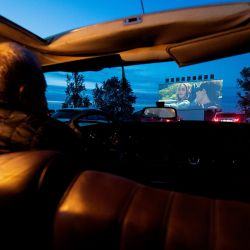 Un hombre ve una película en el Drive-in Cinema en Denia el 14 de mayo de 2020, convirtiéndose en el primer cine en abrir con una capacidad del treinta por ciento desde que se redujeron las restricciones de cierre en ciertas regiones de España. (Foto por JOSE JORDAN / AFP) | Foto:AFP