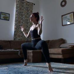 La bailarina moderna profesional Kristi Ann Schopfer entrena de forma remota a través de su computadora portátil en su apartamento de Brooklyn el 14 de mayo de 2020 en la ciudad de Nueva York. La educación en línea, particularmente la enseñanza y el aprendizaje a distancia, se ha disparado considerablemente debido a la propagación del coronavirus (COVID-19). Michael Loccisano / Getty Images / AFP | Foto:AFP
