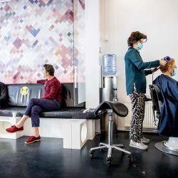 El primer ministro holandés, Mark Rutte (izq.), Visita a un peluquero en La Haya, el 14 de mayo de 2020, mientras Holanda alivia las medidas de bloqueo tomadas para detener la pandemia del nuevo coronavirus (COVID-19). (Foto por Koen Van WEEL / ANP / AFP) / Países Bajos FUERA   Foto:AFP