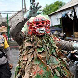 Un oficial de policía de Bali usa una máscara aterradora llamada    Foto:AFP