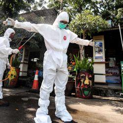 13 de mayo de 2020, Indonesia, Bandung: un oficial de salud que usa ropa autoprotectora rocía desinfectante contra un periodista fotográfico durante el trabajo de desinfección, en medio de la propagación del coronavirus (Covid-19). Foto: Agvi Firdaus / ZUMA Wire / dpa | Foto:DPA