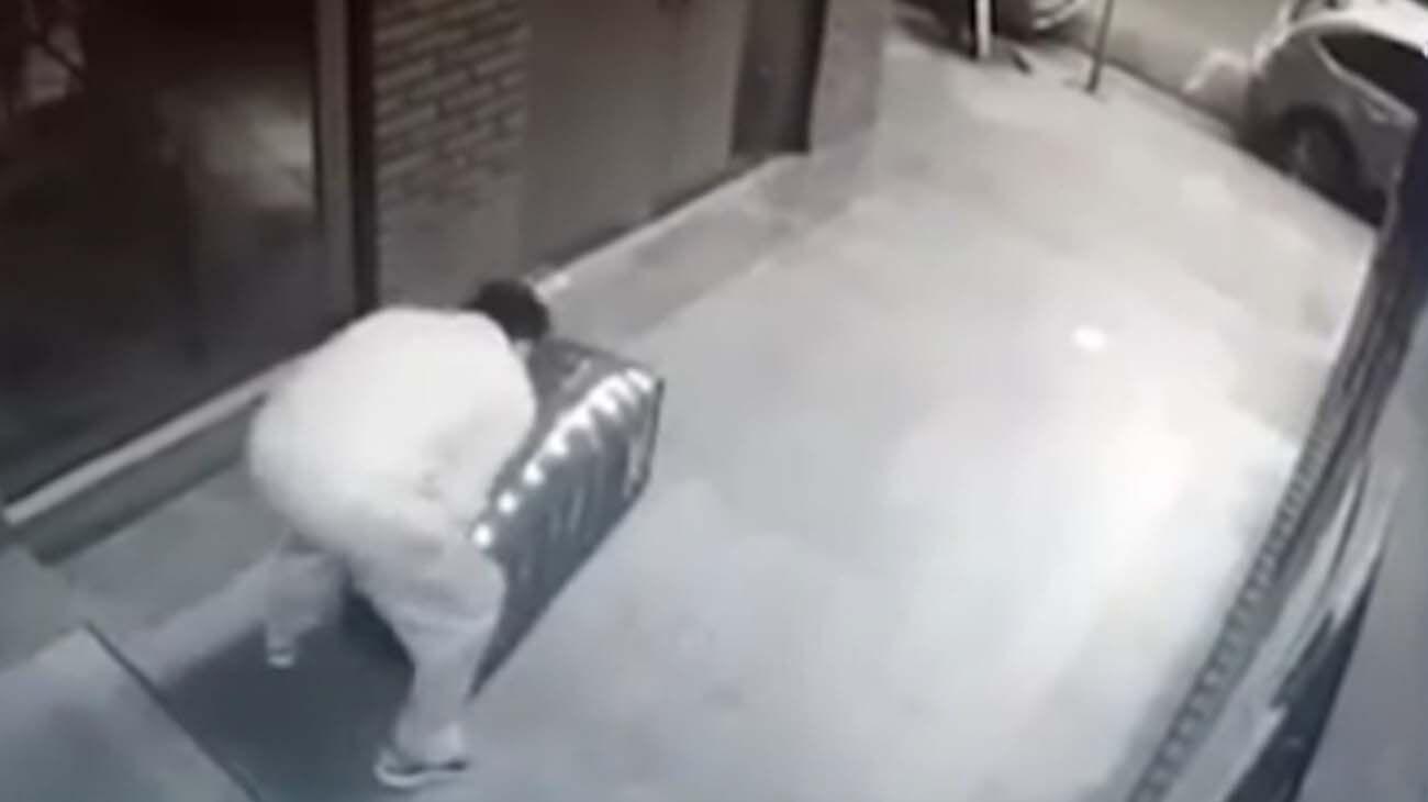 El femicida arrastra el baúl con el cuerpo de la mujer en el hall de un edificio de la calle Artigas.