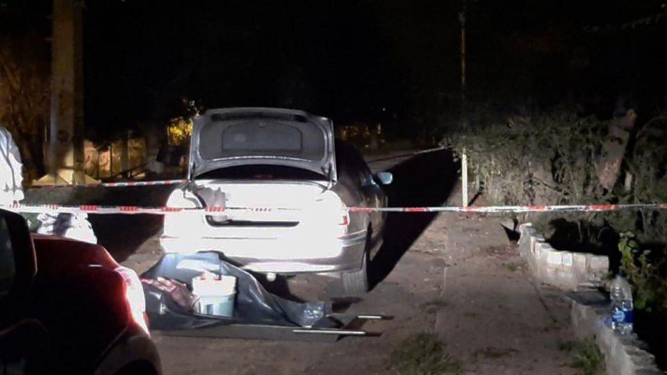 El asesino trasladó el cadáver en el baúl del auto.