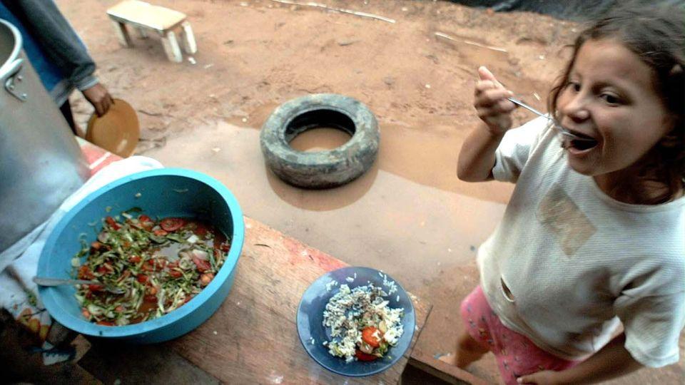 En algunos puntos del planeta la comida no llega; en otros hay que tirarla. En todas partes, la pandemia hizo cortar la cadena de distribución