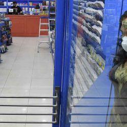 2020-05-13 - 17:09:00 hs.  Buenos Aires: Con expectativas y prevenciones, las librerías volvieron a abrir sus puertas al público  Con distintas prevenciones para mantener la distancia social que en la mayoría de los casos incluyeron la instalacion de mesas en la vereda para evitar la circulación masiva en el interior de los locales, las librerias portenas reabrieron ayer sus puertas en una jubilosa jornada que dejó buenas ventas y volvio a activar el vínculo entre libreros y clientes a traves de intercambios donde las rutinas lectoras se mezclaron con impresiones sobre los tiempos de pandemia. | Foto:telam