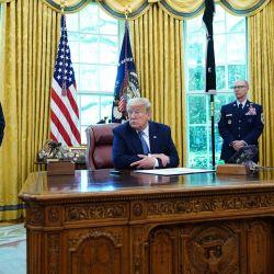 El presidente de los Estados Unidos, Donald Trump, con el secretario de Defensa de los EE. UU., Mark Esper (izq.), La secretaria de la Fuerza Aérea, Barbara Barrett (R) y el asesor alistado principal de la Fuerza Espacial de los EE. UU. Proclamación del día el 15 de mayo de 2020, en la Oficina Oval de la Casa Blanca en Washington, DC. (Foto por MANDEL NGAN / AFP) | Foto:AFP