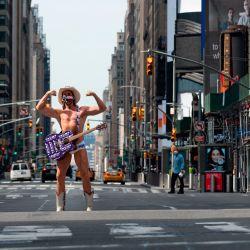 El artista callejero Robert John Burck, conocido como The Naked Cowboy, posa en Times Square el 15 de mayo de 2020 en la ciudad de Nueva York. - Las medidas de bloqueo pandémico en la ciudad de Nueva York se han extendido hasta el 13 de junio bajo una orden ejecutiva firmada por el gobernador estatal Andrew Cuomo a fines del 14 de mayo de 2020. Sin embargo, las órdenes de quedarse en casa se facilitarán para las cinco regiones menos pobladas del estado, sin embargo, permitiendo negocios allí para volver a trabajar gradualmente. (Foto de Johannes EISELE / AFP)) | Foto:AFP