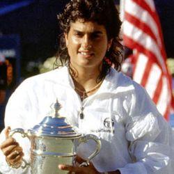 Gabriel Sabatini con el trofeo de campeona en el US Open 1988.