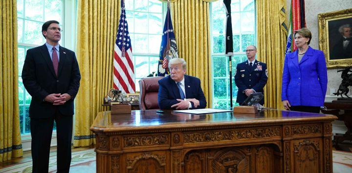 El presidente de los Estados Unidos, Donald Trump, con el secretario de Defensa de los EE. UU., Mark Esper (izq.), La secretaria de la Fuerza Aérea, Barbara Barrett (R) y el asesor alistado principal de la Fuerza Espacial de los EE. UU. Proclamación del día el 15 de mayo de 2020, en la Oficina Oval de la Casa Blanca en Washington, DC. (Foto por MANDEL NGAN / AFP)