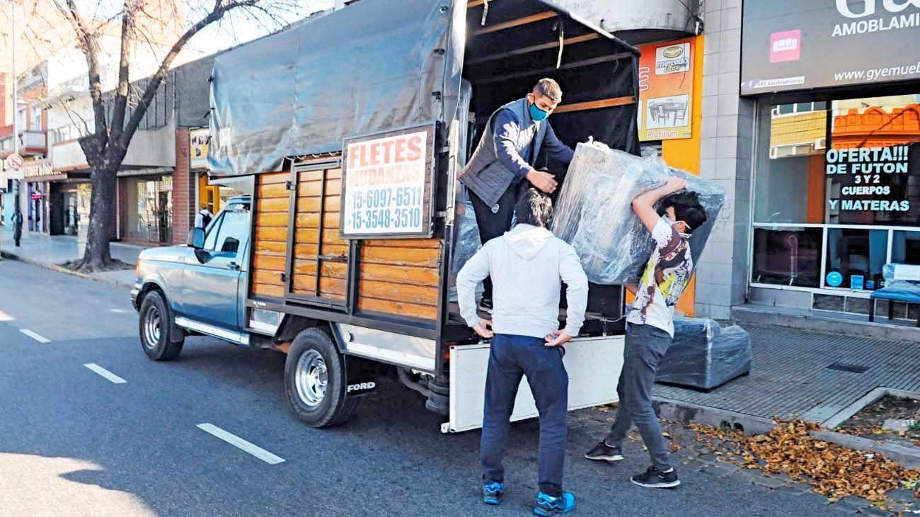 Permiso. Desde hoy los fletes y camiones podrán volver a trasladar objetos en Buenos Aires.