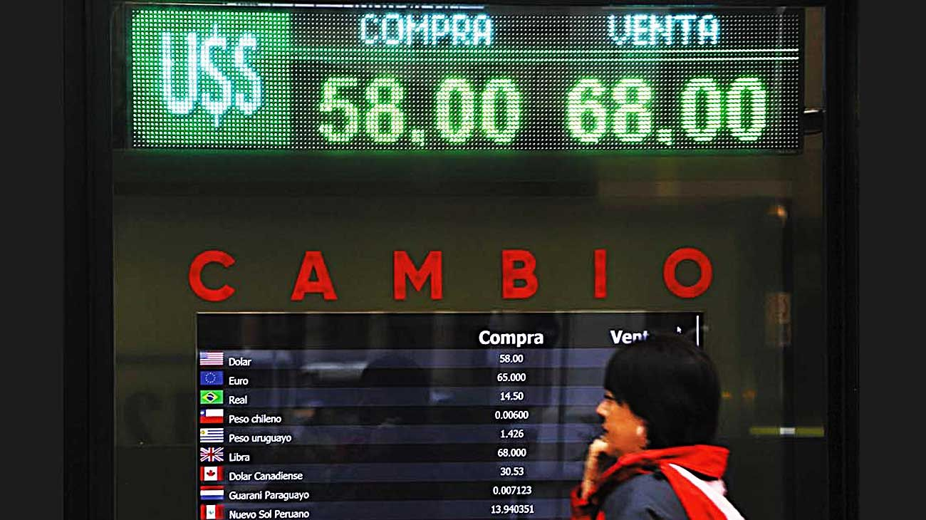 Test. El dólar oficial acompaña la inflación mientras que los paralelos calculan emisión y default.