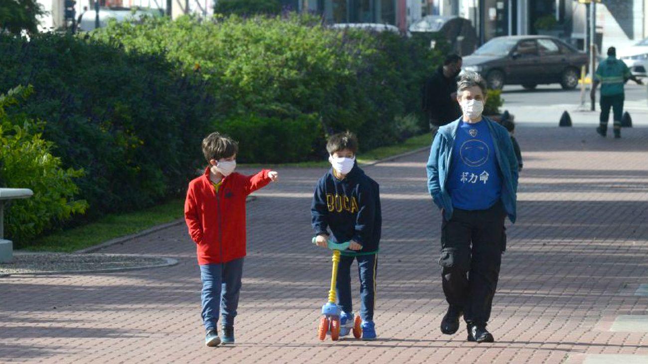 Los chicos de nuevo paseando en las calles porteñas, postal del soleado sábado 16 de mayo.