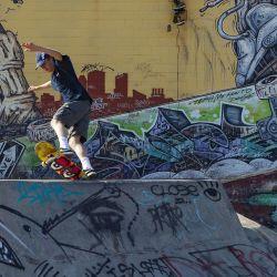 Un skater realiza un truco en el Skatepark de Baltimore el 15 de mayo de 2020 en Baltimore, Maryland. El gobernador de Maryland, Larry Hogan, levantó el coronavirus del estado para quedarse en casa y lo reemplazó con una política de seguridad en el hogar, sin embargo, el alcalde de Baltimore, Jack Young, dijo que la orden de quedarse en casa de la ciudad todavía está en vigencia. Patrick Smith / Getty Images / AFP | Foto:AFP