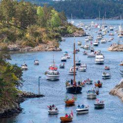 Los barcos desfilan en la vía fluvial de Blindleia en Lillesand, sur de Noruega, durante las celebraciones del Día de la Constitución el 17 de mayo de 2020. - La fiesta se celebra de una manera nueva y diferente este año debido al nuevo coronavirus. (Foto por Tor Erik SCHRODER / NTB Scanpix / AFP) / Noruega OUT | Foto:AFP