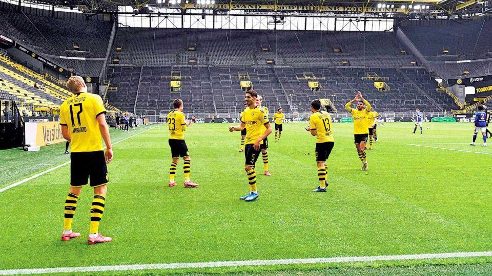 Solo. Los jugadores respetaron el protocolo hasta en los goles. Haaland convirtió el primero y lo festejó así.