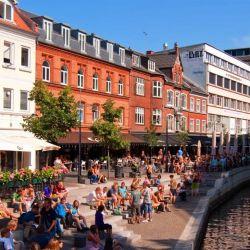 Aarhus es tan pequeña que todas las atracciones turísticas se pueden explorar a pie: el museo de arte AroS con su gigantesca pasarela multicolor, el museo al aire libre Den Gamle By y la Casa de la Música, entre otros.s boutiques y tiendas vintage. En una isla se está construyendo el nuevo barrio de moda, Aarhus Aarhus Ø.