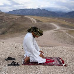 En esta foto tomada el 15 de mayo de 2020, un devoto musulmán reza en la cima de una colina durante el mes sagrado islámico del Ramadán en las afueras de Mazar-i-Sharif. (Foto por FARSHAD USYAN / AFP) | Foto:AFP