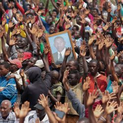 Un partidario sostiene una foto de Agathon Rwasa, candidato presidencial del principal partido de oposición, el Congreso Nacional para la Libertad (CNL), durante el último día de la campaña en Gitega, en el centro de Burundi, el 17 de mayo de 2020, por delante de la Presidencia y el General. elecciones programadas para el 20 de mayo de 2020 a pesar de la pandemia de coronavirus COVID-19. - Los burundeses son llamados a las urnas el miércoles para las elecciones generales, incluidas las elecciones presidenciales que enfrentan a 7 candidatos, incluido el del partido gobernante (CNDD-FDD) Evariste Ndayishimiye, presentado como el heredero del presidente saliente Pierre Nkurunziza y Agathon Rwasa , el principal oponente, al frente del Consejo Nacional para la Libertad (CNL). (Foto por - / AFP) | Foto:AFP