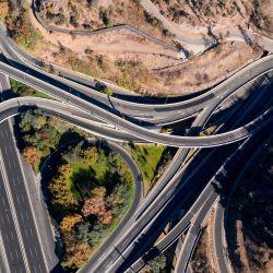 Vista aérea de carreteras vacías en Santiago, el 16 de mayo de 2020, en medio de la cuarentena total obligatoria debido a la nueva pandemia de coronavirus. - El gobierno de Chile ordenó una cuarentena total obligatoria para la capital el miércoles después de un aumento del 60 por ciento en las infecciones por coronavirus en las últimas 24 horas. (Foto por MARTIN BERNETTI / AFP) | Foto:AFP