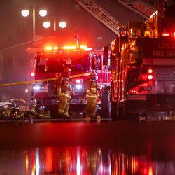 Los bomberos se reúnen en la calle San Pedro luego de que un incendio en un edificio comercial de un solo piso provocó una explosión en el Distrito Toy del centro de Los Ángeles el 16 de mayo de 2020. - Al menos 11 bomberos resultaron heridos en el centro de Los Ángeles cuando se produjo un incendio en un comercial El edificio provocó una gran explosión y se extendió a las estructuras cercanas, dijeron los bomberos. Unos 230 socorristas combatieron el incendio mientras se extendía a otros edificios en el área antes de que se extinguiera alrededor de dos horas después de que comenzó. (Foto por Apu GOMES / AFP) | Foto:AFP