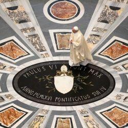 Esta foto tomada y entregada el 18 de mayo de 2020 por los medios del Vaticano muestra al Papa Francisco celebrando una misa privada para conmemorar el centenario del nacimiento del fallecido Papa Juan Pablo II, en la Basílica de San Pedro en el Vaticano durante el encierro destinado a frenar La propagación de la infección por COVID-19, causada por el nuevo coronavirus. (Foto del folleto / MEDIOS DEL VATICANO / AFP) | Foto:AFP